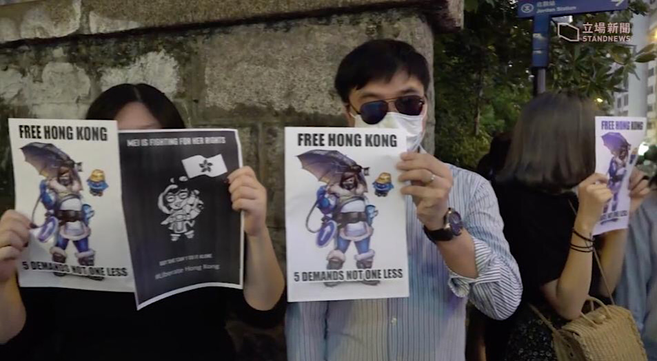 Various pro-democracy Mei signs being held by Hong Kong protestors during a Stand News broadcast.